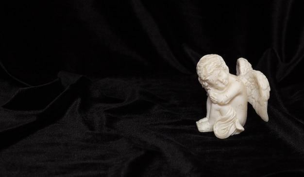 Figur eines kleinen engels mit flügeln