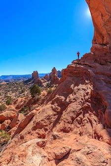 Figur eines mannes auf den felsen arches national park usa