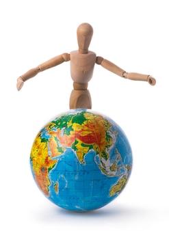 Figur eines mannes wirft die hände über den globus