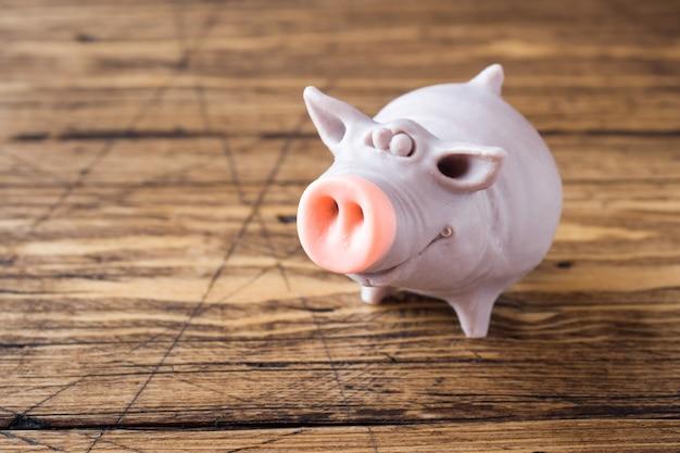 Figur eines schweins auf einem holztisch. symbol des neuen jahres 2019.