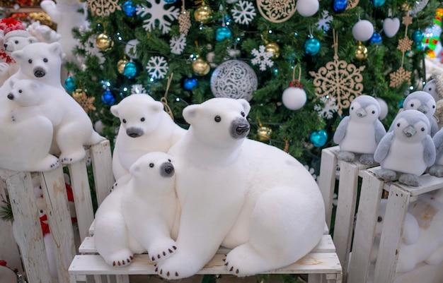 Figur eisbären spielzeug, in der nähe des weihnachtsbaumes. weihnachtsdekor, weihnachtsbaumdekorationen.