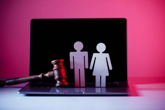Figur in form von menschen und hammer auf dem tisch. familienrechtliches konzept.