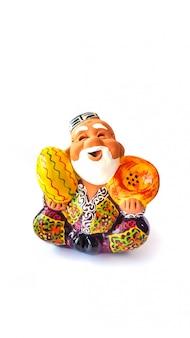 Figur usbeken im nationalbademantel hält das pellet