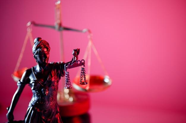 Figur von lady justice im notariat. symbol für gerechtigkeit und gesetz.