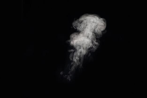 Figured rauch auf einem dunklen hintergrund