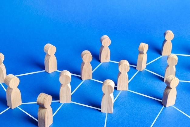 Figuren von menschen, die durch linien in einem netzwerk verbunden sind. kommunikations- und soziale netzwerke