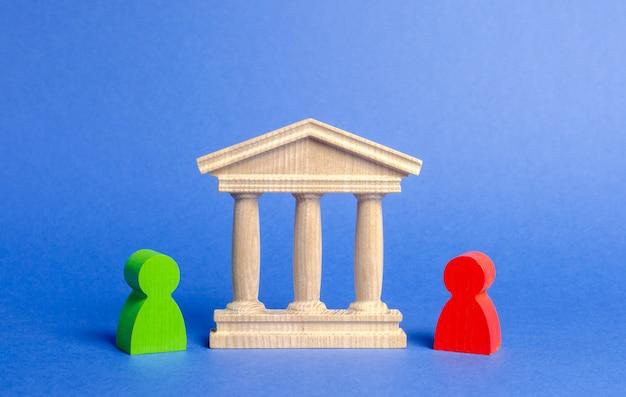 Figuren von menschen stehen in der nähe des regierungsgebäudes, des gerichts, der bank.