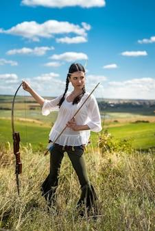 Fiktive native american indian frau mit pfeil und bogen. lebensstil
