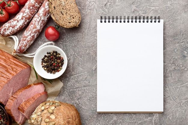 Filetfleisch und salami mit notizbuch