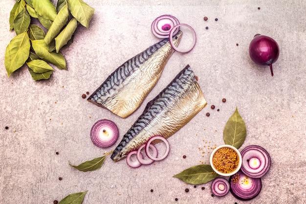 Filets der norwegischen gesalzenen makrele mit gewürzen und zwiebeln