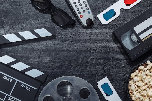 Filmattribute auf einer kreidetafel. unterhaltungsindustrie, kino. platz kopieren. ansicht von oben
