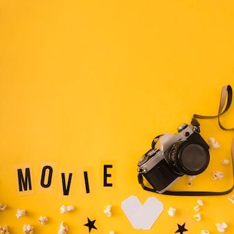 Filmbeschriftung auf gelbem hintergrund mit kopienraum