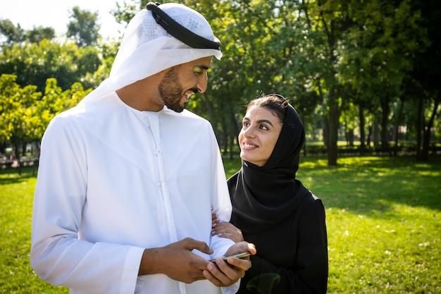 Filmisches bild einer familie aus den emiraten, die zeit im park verbringt
