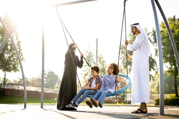 Filmisches bild einer familie, die auf dem spielplatz in dubai spielt