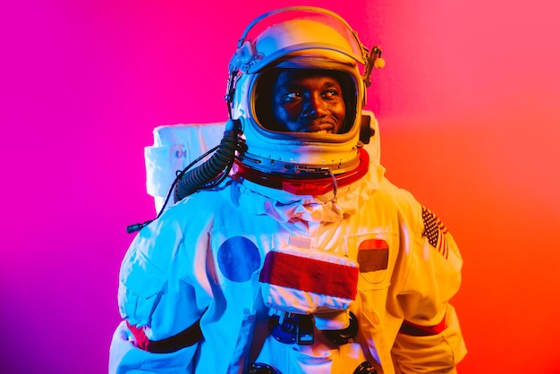 Filmisches bild eines astronauten buntes porträt eines mannes mit raumanzug