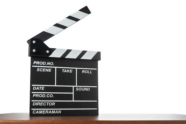 Filmklappe auf tisch auf weißem isoliertem raum