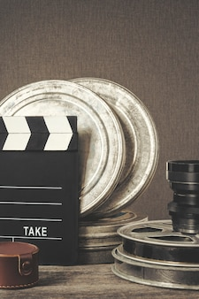 Filmklappe, eine schachtel mit film und objektiv
