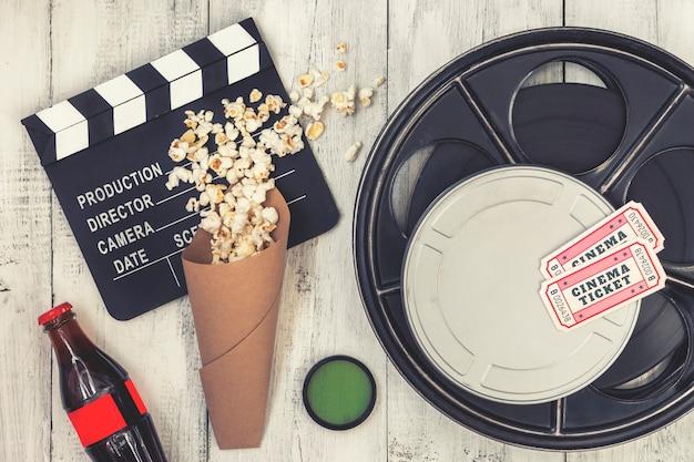 Filmklappe, filmrolle und popcorn