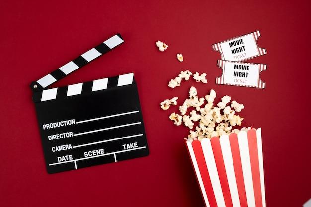 Filmklappe und halloween-dekoration