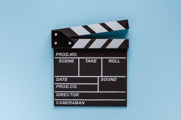 Filmklappenbrett auf blau für das filmen der ausrüstung