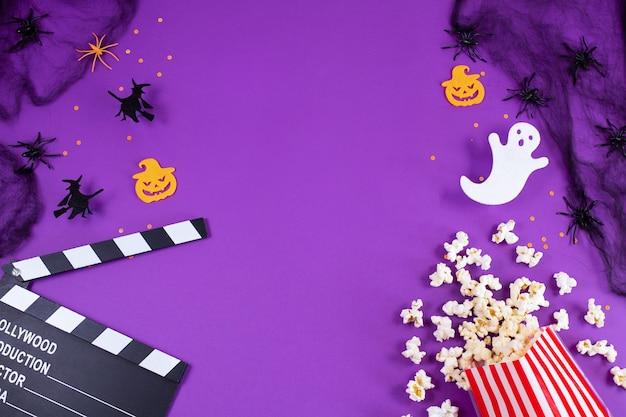 Filmklöppelbrett in spinnennetzen spinnen geisteraugen auf lila lila hintergrund