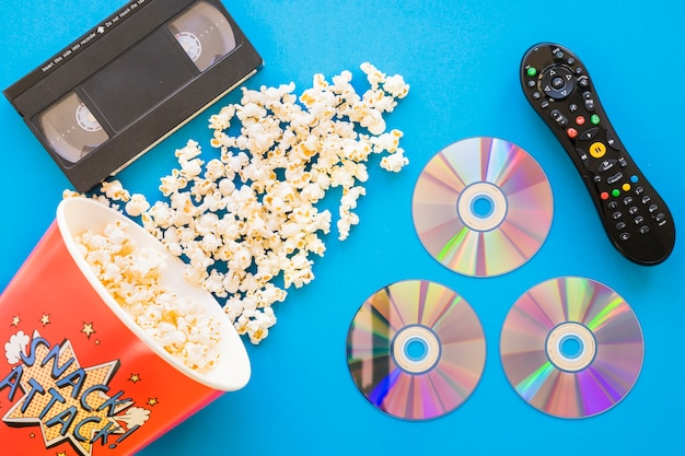 Filmkonzept mit popcorn und cds
