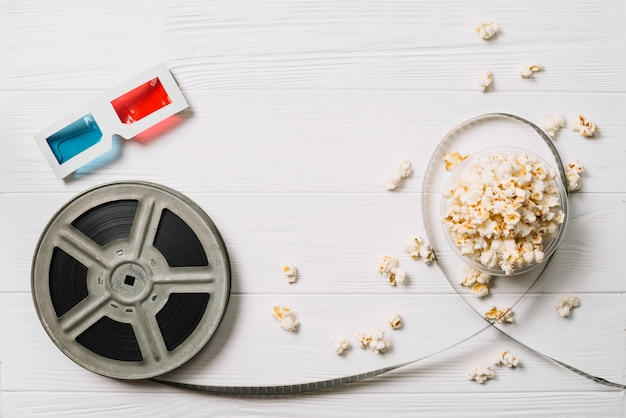 Filmspule und popcorn mit brille