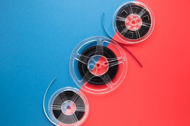 Filmspulen auf zweifarbigem hintergrund mit kopienraum