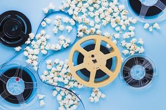Filmstreifen auf Bändern in Popcorn