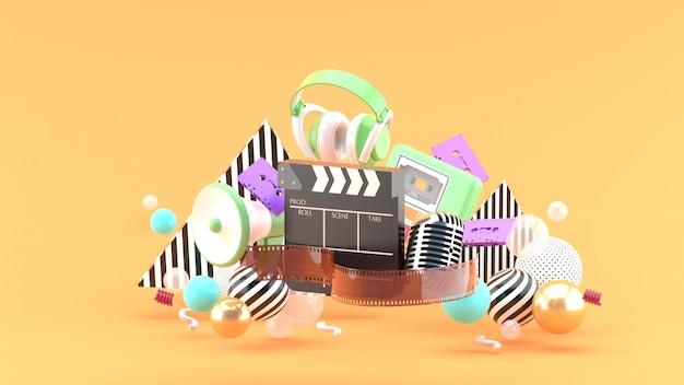 Filmstreifen- und klöppelfilme und unterhaltung auf orangefarbenem raum