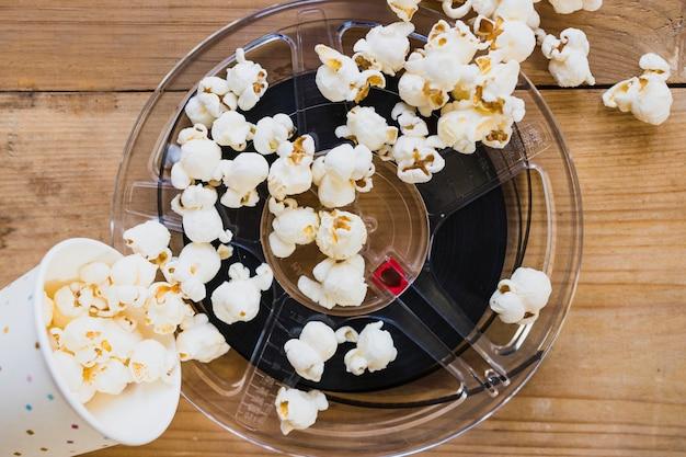 Filmstreifen und popcorn in der tasse