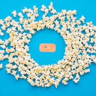 Filmticket und kreisförmiges popcorn