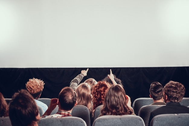 Filmvorführung im kino. anzeigen eines neuen films.