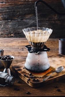 Filterkaffee auf holztisch