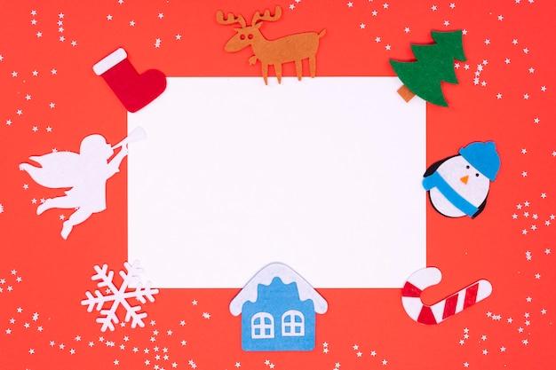 Filzspielzeug zum verzieren eines weihnachtsbaumes auf einem roten hintergrund mit einem platz für text.