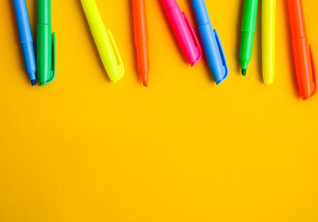 Filzstifte auf gelbem grund mit kopierraum