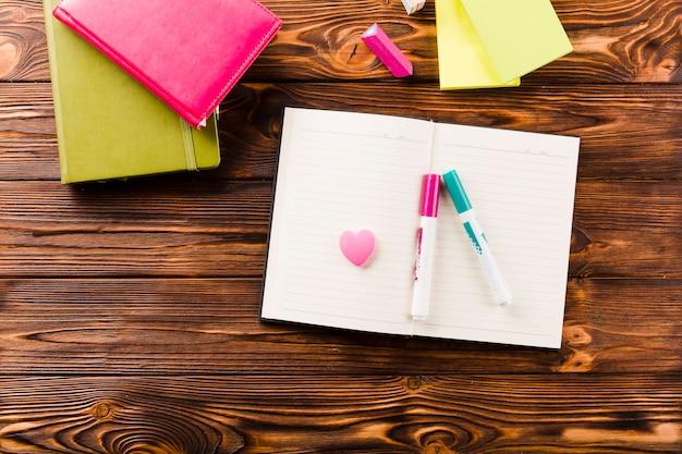 Filzstifte und gummi auf notebook
