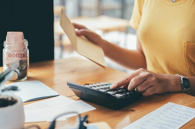 Finances saving economy-konzept. buchhalter oder bankier berechnen die geldrechnung. Premium Fotos