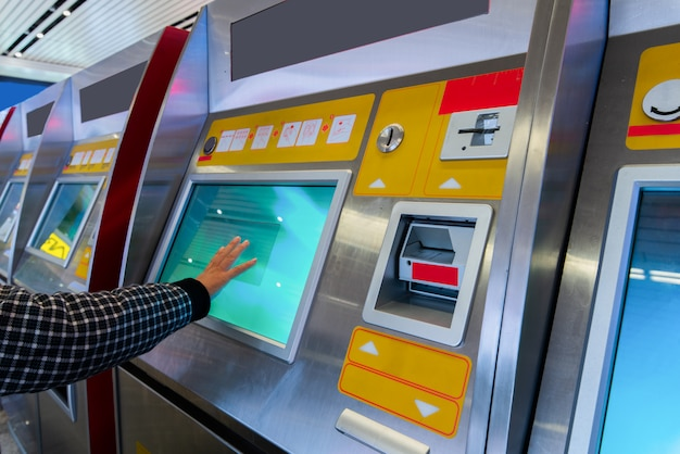 Finanz-, geld-, bank- und leutekonzept - nah oben von der hand, die pin-code an der atm-maschine eingibt