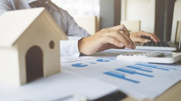 Finanz-inspektor bericht, versicherungs-agent analyse über haus investition darlehen im büro zimmer