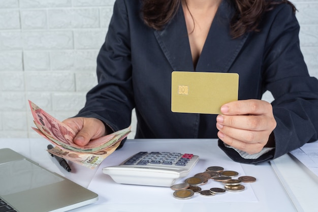 Finanz- und rechnungslegungskonzept. geschäftsfrau, die am schreibtisch arbeitet
