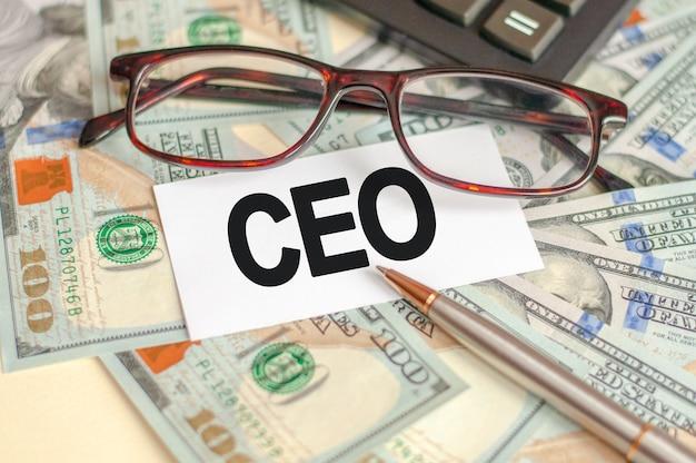 Finanz- und wirtschaftskonzept. auf dem tisch liegen rechnungen, ein bündel dollar und ein schild, auf dem es steht - ceo. ceo - vorstandsvorsitzender