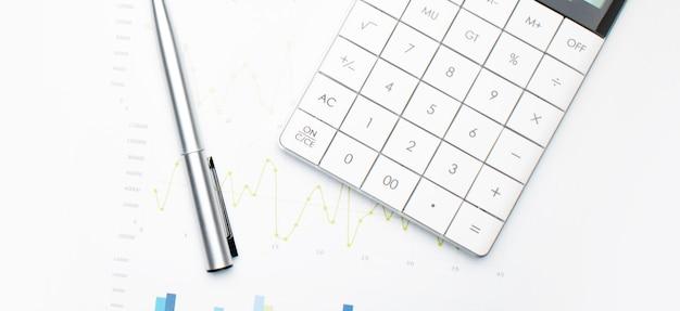 Finanzanalysekonzept - ein diagramm mit einem stift und einem taschenrechner