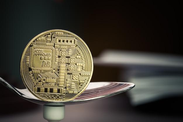 Finanzanlage-risikokonzept: bitcoin auf löffel nahe bitcoin digital-virtuellem geld