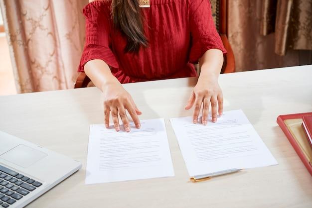 Finanzberater mit zwei dokumenten