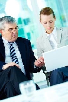 Finanzberater seinem kollegen helfen