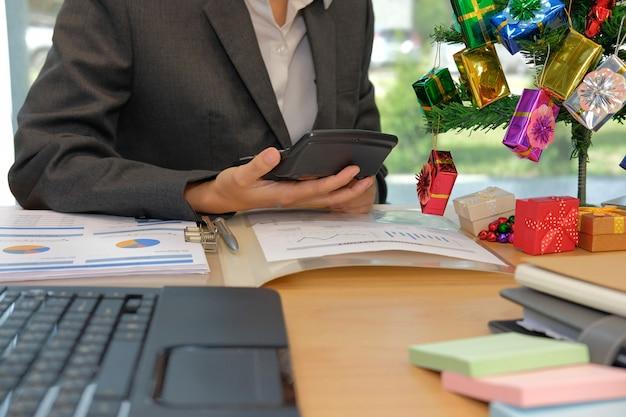 Finanzberater verwenden taschenrechner, um einnahmen und budget zu berechnen.