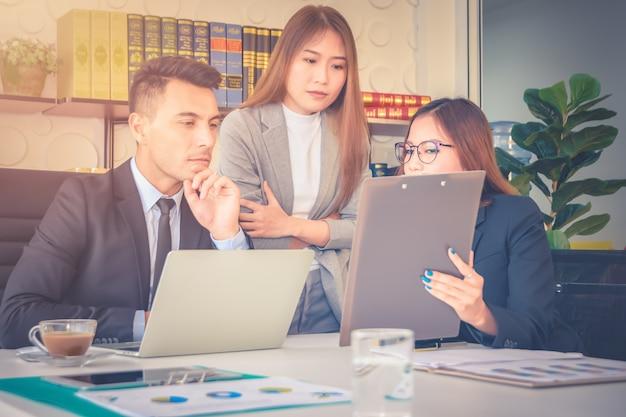 Finanzbericht analyse und überprüfung sekretär team diskutiert über zukünftige wachstumsverbesserung
