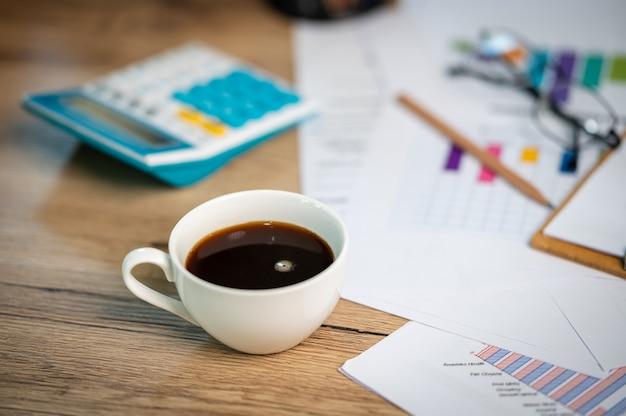 Finanzberichtspapier und rechenmaschine auf dem schreibtisch, finanz- und buchhaltungskonzepte