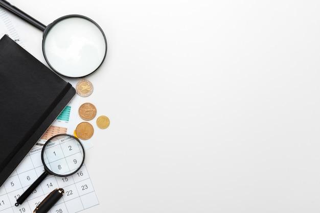 Finanzbuchhaltung des schreibtischbürogeschäfts berechnen